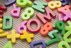 Jogo de letras e de dígitos magnéticos fotografia de stock royalty free