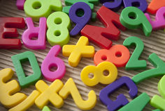 Jogo de letras e de dígitos magnéticos fotos de stock