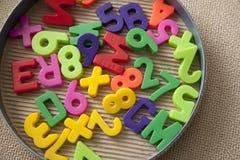 Jogo de letras e de dígitos magnéticos imagens de stock