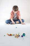 Jogo de mármore do menino Imagem de Stock