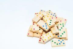 Jogo de madeira do dominó no branco fotos de stock