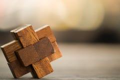 Jogo de madeira do enigma do close up no close up de madeira do fundo um ponto raso com profundidade de campo foto de stock royalty free