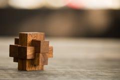 Jogo de madeira do enigma do close up no close up de madeira do fundo um ponto raso com profundidade de campo imagem de stock