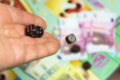 Jogo de mesa coletivo O homem joga cubos do jogo no campo de ação Foto de Stock Royalty Free