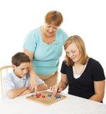 Jogo de mesa da família - ajudas da mamã imagem de stock royalty free