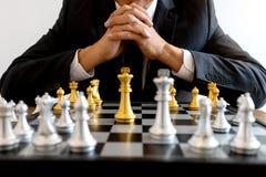 jogo de mesa da prata e do ouro da xadrez foto de stock royalty free