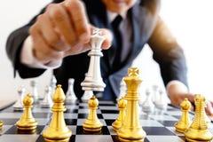 jogo de mesa da prata e do ouro da xadrez fotografia de stock