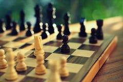 Jogo de mesa da xadrez, conceito competitivo do negócio, situação difícil do encontro, perdendo e ganhando fotografia de stock