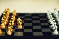 Jogo de mesa da xadrez, conceito competitivo do negócio, situação do encontro, perdendo e ganhando imagens de stock