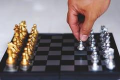 Jogo de mesa da xadrez, conceito competitivo do negócio, situação principal financeira forte da vantagem foto de stock