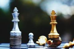 Jogo de mesa da xadrez, conceito competitivo do negócio, situação principal financeira forte da vantagem contra a equipe instável fotografia de stock royalty free