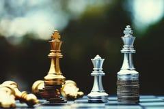 Jogo de mesa da xadrez, conceito competitivo do negócio, situação principal financeira forte da vantagem contra a equipe instável imagem de stock