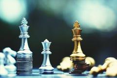 Jogo de mesa da xadrez, conceito competitivo do negócio, situação principal financeira forte da vantagem contra a equipe instável imagem de stock royalty free
