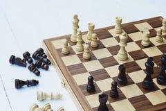 Jogo de mesa da xadrez, situação difícil do encontro, conceito competitivo do negócio foto de stock