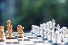 Jogo de mesa da xadrez, situação de vencimento do vencedor, inimigo sério do encontro, conceito competitivo do negócio fotografia de stock