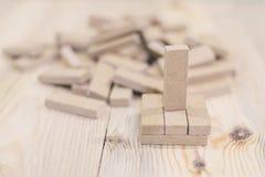 Jogo de mesa do jenga e do loto imagem de stock