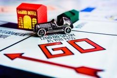 Jogo de mesa do monopólio - a passagem do carro VAI caixa imagem de stock royalty free
