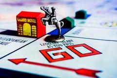 Jogo de mesa do monopólio - símbolo do cavalo na caixa GO foto de stock