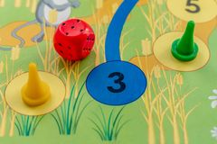 Jogo de mesa do ` s das crianças com microplaquetas e jogo dos dados fotos de stock