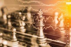Jogo de negócio no mercado de valores de ação digital financeiro e no backgr da xadrez Fotos de Stock