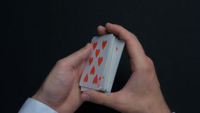 Jogo de pôquer - baralhando cartões Mãos do ` s do homem que shuffing cartões Fim acima Mãos do ` s do homem que baralham cartões Fotos de Stock
