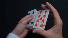 Jogo de pôquer - baralhando cartões Mãos do ` s do homem que shuffing cartões Fim acima Mãos do ` s do homem que baralham cartões Fotografia de Stock