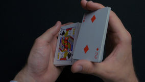 Jogo de pôquer - baralhando cartões Mãos do ` s do homem que shuffing cartões Fim acima Mãos do ` s do homem que baralham cartões Imagem de Stock