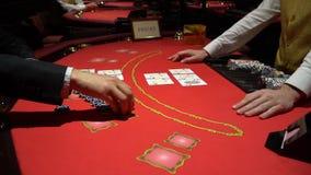 Jogo de pôquer da casa completa na tabela do gamblimg casino vídeos de arquivo