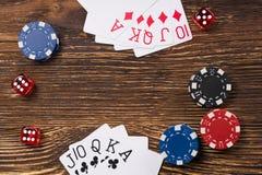 Jogo de pôquer em uma tabela de madeira, cartões com microplaquetas e dados do pôquer Imagens de Stock