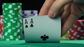 Jogo de pôquer, jogador que guarda a mão de vencimento, par de áss Pessoa bem sucedida, vencedor video estoque