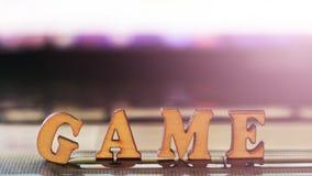 Jogo de palavras com letras de madeira no computador Fotos de Stock