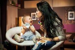 Jogo de sorriso do bebê fotografia de stock