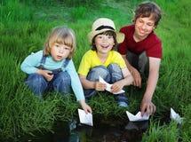 Jogo de três meninos no córrego Imagem de Stock
