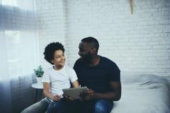 Jogo de vídeo afro-americano do jogo do pai e do filho fotografia de stock royalty free