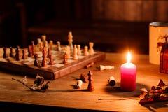 Jogo de xadrez com a vela Fotografia de Stock Royalty Free