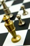 Jogo de xadrez - rei e penhores no tabuleiro de xadrez Fotografia de Stock Royalty Free
