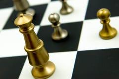 Jogo de xadrez - rei e penhores no tabuleiro de xadrez Fotos de Stock Royalty Free