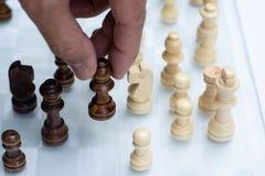 Jogo de xadrez Um movimento matar Refira a estrat?gia empresarial e o conceito competitivo fotos de stock