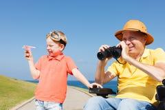 Jogo deficiente do pai e do filho com binocular Fotografia de Stock Royalty Free