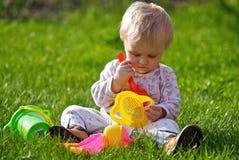 Jogo do bebé na grama Fotos de Stock