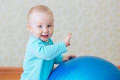 Jogo do bebê com a bola azul grande Fotos de Stock