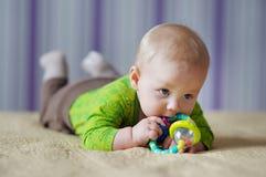 Jogo do bebê com brinquedo Fotos de Stock Royalty Free