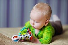 Jogo do bebê com brinquedos Fotos de Stock Royalty Free