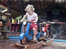 Jogo do bebê com cavalo de balanço Fotografia de Stock