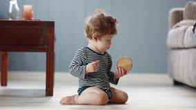 Jogo do bebê com parte de madeira em um assoalho