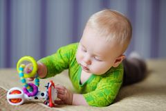 Jogo do bebê com brinquedos brilhantes Fotografia de Stock