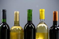 Jogo do branco, da rosa, e dos frascos de vinho vermelho Imagens de Stock Royalty Free
