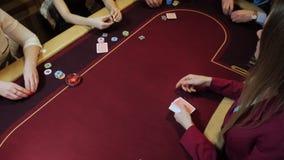 Jogo do casino: O negociante negocia os cartões Aposta dos jogadores Carda o close-up Movimento lento filme