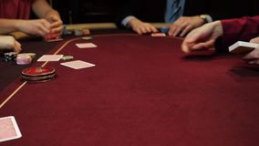 Jogo do casino: O negociante negocia os cartões Aposta dos jogadores Cartões e close-up das mãos video estoque