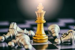 Jogo do desafio da inteligência da batalha da xadrez da estratégia no tabuleiro de xadrez Foto de Stock Royalty Free